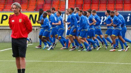 LEEUWARDEN , 25-06-2016, eerste training SC Cambuur seizoen 2016 - 2017 in het Cambuur Stadion , trainer Rob Maas met op de achtergrond de selectie   foto: Henk Jan Dijks