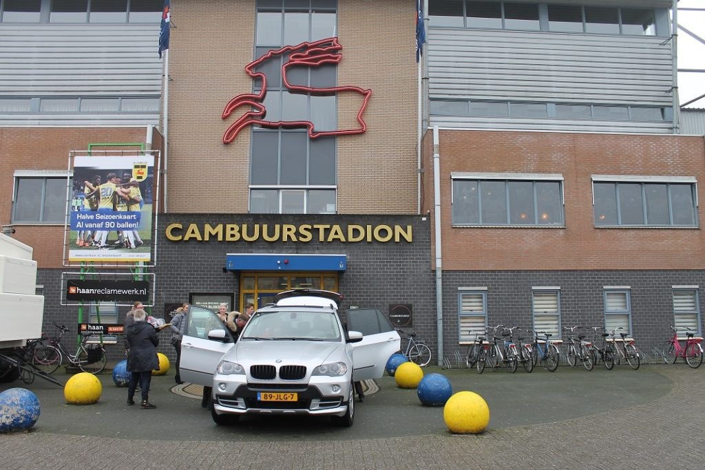 voor-het-stadion-2
